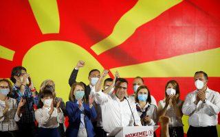 Ο σοσιαλδημοκράτης τέως πρωθυπουργός Ζόραν Ζάεφ γιορτάζει την επικράτηση του κόμματός του στις βουλευτικές εκλογές που έγιναν εν μέσω έξαρσης του κορωνοϊού στη Βόρεια Μακεδονία. Το εκλογικό αποτέλεσμα προδιαγράφει κοπιώδεις διαπραγματεύσεις με τα κόμματα της αλβανικής μειονότητας. (φωτ. REUTERS / Ognen Teofilovski)