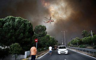 Το μεσημέρι της 23ης Ιουλίου ένας 65χρονος ανάβει φωτιά σε οικόπεδο στο Νταού Πεντέλης για να κάψει κλαδιά. Μεταξύ 16.20 και 16.30 εκδηλώνεται η φωτιά. Τις επόμενες ώρες ξετυλίγεται ένα γαϊτανάκι αστοχιών –κυρίως με τα εναέρια μέσα– που εκτροχιάζουν την προσπάθεια ελέγχου της φονικής πυρκαγιάς. (Φωτ. ΑΠΕ ΜΠΕ / ΑΛΕΞΑΝΔΡΟΣ ΒΛΑΧΟΣ)