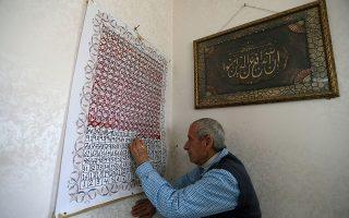Σβήνοντας μέρες. Με ένα κόκκινο μαρκαδόρο «ξεφορτώνεται» τις ημέρες χωρίς τον γιο του ο Sameeh από την Παλαιστίνη. Από τότε δε, που απαγορεύτηκε το επισκεπτήριο στις φυλακές του Ισραήλ τα πράγματα έγιναν χειρότερα και η προσδοκία να τον δει μεγαλύτερη. REUTERS/Ibraheem Abu Mustafa