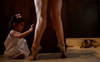 Η μαμά. Τα μαγικά πόδια της μητέρας της εξερευνά η μικρή κόρη της Abigail Miranda. Απολυμένη η χορεύτρια του «Ballet de Monterrey» στο Μεξικό λόγω της έλλειψης πόρων εξαιτίας του κορωνοϊού, παρόλα αυτά όμως συνεχίζει να ασκείται καθημερινά περιμένοντας καλύτερες ημέρες. REUTERS/Daniel Becerril