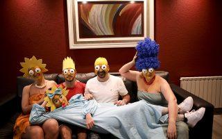 Αμα έχεις χιούμορ... Την μονοτονία της καραντίνας θέλησε να ξορκίσει η οικογένεια από την Αργεντινή. Ετσι αποφάσισαν τουλάχιστον μια φορά την εβδομάδα, συγκεκριμένα την Κυριακή να «ντύνονται» κάτι διαφορετικό. Στην φωτογραφία η οικογένεια Arevalo- Robledo ως Simpsons. (AP Photo/Natacha Pisarenko)