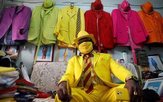 Ομορφιές. Τουλάχιστον 160 κοστούμια έχει στην κατοχή του ο Κενυάτης James Maina Mwangi. Μάλιστα είναι πάντα συνδυασμένα ανάλογα με το χρώμα, με παπούτσια, ρολόι, κοσμήματα, θήκη κινητού και φυσικά μάσκα. REUTERS/Thomas Mukoya