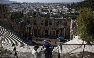 Το φράγμα. Σαν τείχος απέναντι στο τσιμέντο της Αθήνας φαντάζει το Ωδείο Ηρώδου Αττικού από ψηλά. ΑΠΕ-ΜΠΕ/ΑΠΕ-ΜΠΕ/ΓΙΑΝΝΗΣ ΚΟΛΕΣΙΔΗΣ