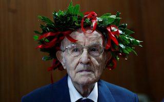 Ο γηραιότερος. Ο εικονιζόμενος Guiseppe Paterno είναι 96 ετών. Ιστορικά έχει επιζήσει ενός παγκοσμίου πολέμου και μιας πανδημίας. Ηταν όμως και ο γηραιότερος φοιτητής της Ιταλίας καθώς  ο κύριος Guiseppe μόλις αποφοίτησε από το τμήμα Ιστορίας και Φιλοσοφίας του Παλέρμο. REUTERS/Guglielmo Mangiapane