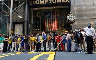 Ο δήμαρχος. Ενα τεράστιο κατακίτρινο «Black Lives Matter» σχηματίστηκε στο οδόστρωμα μπροστά από τον Trump Tower στην Νέα Υόρκη. Παρόντες με τα ρολά τους ο δήμαρχος Bill de Blasio μαζί με την σύζυγό του και τον αιδεσιμότατο Al Sharpton.  REUTERS/Shannon Stapleton