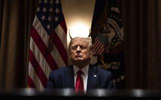 Πόζα. Σταυρώνει χέρια του μπροστά στο στήθος, θυμώνει και το δείχνει, σφίγγει τα χείλη του. Την δύναμη της εικόνας την γνωρίζει πολύ καλά ο πρόεδρος Τραμπ. Αρα ή θεωρεί ότι αυτή η στάση δεν τον βλάπτει ή απλά δεν μπορεί να συγκρατηθεί. Ενας φωτογράφος όμως το πήγε λίγο πιο μακριά στην συνάντηση του προέδρου με ηγέτες της Ισπανόφωνης κοινότητας στον Λευκό Οίκο.  EPA/Samuel Corum