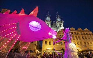Ταΐζοντας τα ψάρια. Είναι η δωδέκατη χρονιά για την Πράγα που διοργανώνεται το φεστιβάλ δρόμου « Πίσω από τις πόρτες». Σε αυτό για τέσσερις ολόκληρες ημέρες (και βράδια) ακροβάτες και μουσικοί, καλλιτέχνες μαριονέτας και χορευτές δίνουν ένα μοναδικό ρεσιτάλ.  EPA/MARTIN DIVISEK
