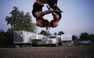 Στον αέρα. Οι δύο ακροβάτισσες δεν σταματούν τις πρόβες. Μπορεί όλες οι παραστάσεις του «Gladius The Show» να ακυρώθηκαν στο Λας Βέγκας, όμως η δουλειά τους απαιτεί συνεχείς πρόβες για να είναι ασφαλείς και έτοιμες. (AP Photo/John Locher)