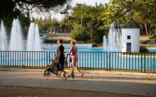 Το πρώτο πεύκο του Αλσους Νέας Φιλαδελφείας φυτεύθηκε το 1914. Μέχρι το 1995 λειτουργούσε εδώ και ζωολογικός κήπος. Σήμερα, στα σχεδόν 500 στρέμματά του οι κάτοικοι της πόλης, και όχι μόνον απολαμβάνουν ενίοτε τον περίπατό τους. (Φωτ. ΝΙΚΟΣ ΚΟΚΚΑΛΙΑΣ)