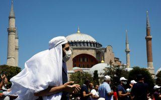 Εν μέσω της πανδημίας του κορωνοϊού, η Αγία Σοφία έλαβε και πάλι ταυτότητα ισλαμικού τεμένους, 86 χρόνια μετά τη μετατροπή της σε μουσείο. (Φωτ. REUTERS/UMIT BEKTAS)