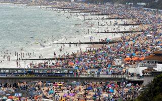 Λουόμενοι σε παραλία του Μπόρνμουθ στη Βρετανία, την Παρασκευή 31ης Ιουλίου. REUTERS/Toby Melville