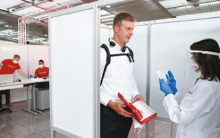 Στο αεροδρόμιο της Φρανκφούρτης οι επιβάτες της Lufthansa έχουν τη δυνατότητα να κάνουν επιτόπου το τεστ του κορωνοϊού. Η ειδική μονάδα έχει δημιουργηθεί από την εταιρεία βιοτεχνολογίας Centogene μαζί με την αεροπορική και την εταιρεία διαχείρισης του αεροδρομίου, Fraport. (Φωτ. REUTERS)