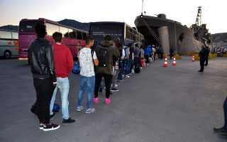 «Από την 1η έως και τις 30 Ιουνίου έχουν αποχωρήσει από το ΚΥΤ Μόριας 1.215 αναγνωρισμένοι πρόσφυγες. Μπορεί όμως να έχουν φύγει περισσότεροι, καθώς από την 1η Ιουνίου όσοι πρόσφυγες έχουν πάρει άσυλο δεν μένουν μέσα στο ΚΥΤ», ανέφερε στην «Κ» ο διοικητής του κέντρου της Μόριας. (Φωτ. ΑΠΕ-ΜΠΕ)
