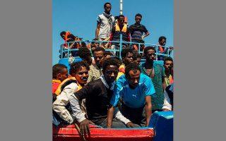 Κατά παράβαση του νόμου, το πλήρωμα παρέδωσε τους 101 μετανάστες στη λιβυκή ακτοφυλακή.