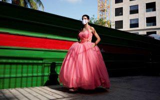 Νεαρή γυναίκα προσέρχεται φορώντας μάσκα σε χορό ενηλικίωσης, στην Αβάνα της Κούβας (φωτ. REUTERS).