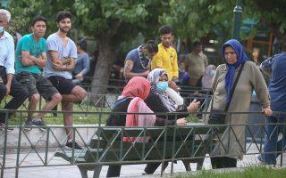 Το τελευταίο δίμηνο, πολλές φορές πρόσφυγες συγκεντρώνονται στην πλατεία και έπειτα, υπό την κοινωνική πίεση, μεταφέρονται σε δομές φιλοξενίας. (Φωτ. INTIME NEWS)