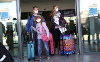 Οικογένεια τουριστών μετά την άφιξή τους στον Κρατικό Aερολιμένα Ηρακλείου «Νίκος Καζαντζάκης». © INTIME NEWS