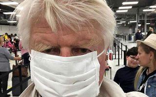 O Στάνλεϊ Τζόνσον ανάρτησε στο instagram φωτογραφία του από το αεροδρόμιο της Αθήνας φορώντας μάσκα