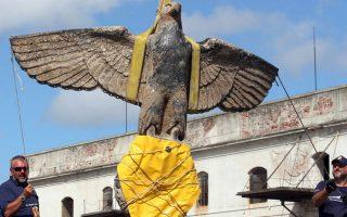 O ναζιστικός αετός κατά την ανάκτηση του από τον πάτο της θάλασσας το 2006. (Φωτ. REUTERS)