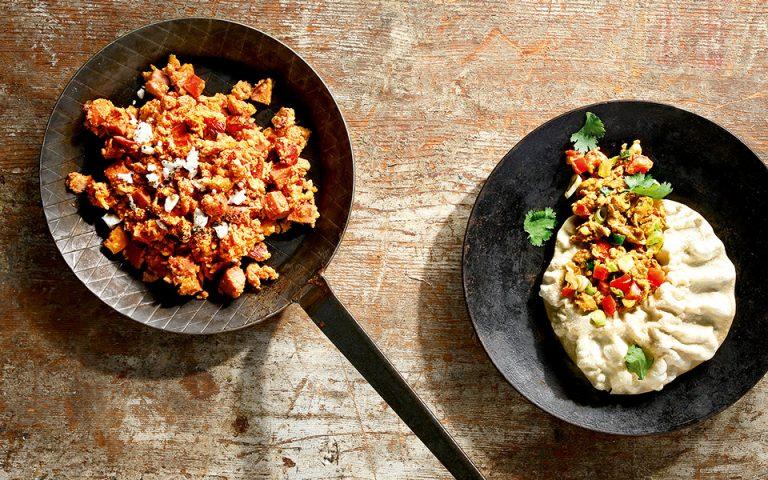 Αριστερά: Καγιανάς με σύγλινο και φέτα - Δεξιά: Ινδικά αυγά με garam masala (Φωτογραφία: ΓΙΩΡΓΟΣ ΔΡΑΚΟΠΟΥΛΟΣ)