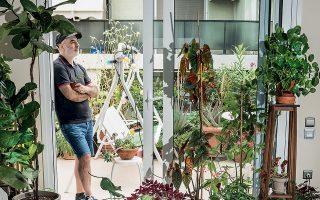 Ο Τάσος Μπρεκουλάκης, διευθυντής της έντυπης Lifo, μπορεί να σου εξηγήσει γιατί το tag #succulents (παχύφυτα) έχει σχεδόν δέκα εκατομμύρια δημοσιεύσεις στο Instagram. Το αστικό μπαλκόνι του θυμίζει ψαγμένο φυτώριο. Φωτογραφίες: Βαγγέλης Ζαβός