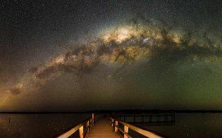 Οποιος έχει παρατηρήσει τα άστρα από το κατάστρωμα ενός σκάφους ή από μια παραλία έχει νιώσει τη γαλήνη, το δέος απέναντι σε αυτή τη φαντασμαγορία του έναστρου ουρανού.