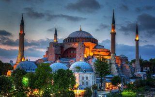 «Το 1935 ο Κεμάλ μετέτρεψε την Αγία Σοφία σε μουσείο, για να υπογραμμίσει τη δέσμευσή του σε μια πολιτική που θα έκανε την Τουρκία μια κοσμική δημοκρατία. Περίπου έναν αιώνα αργότερα, ο Ερντογάν επιδιώκει το αντίθετο».