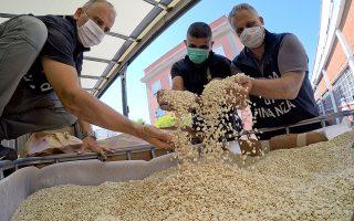 Στη μεγαλύτερη κατάσχεση ναρκωτικών στην ιστορία της Ιταλίας προχώρησαν οι ιταλικές αρχές στο λιμάνι του Σαλέρνο. Πρόκειται για 14 τόνους αμφεταμινών (84 εκατομμύρια χάπια), εμπορικής αξίας άνω του 1 δισεκατομμυρίου ευρώ. Οι ιταλικές αρχές θεωρούν ότι τα χάπια Captagon παρασκευάστηκαν στη Συρία, σε περιοχές στις οποίες το Ισλαμικό Κράτος εξακολουθεί να ασκεί κάποια επιρροή (Φωτ. EPA / CIRO FUSCO).