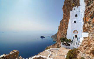 Από τη φημισμένη Μονή Χοζοβιώτισσας η θέα στο Αιγαίο κόβει την ανάσα. © ΝΙΚΟΣ ΧΑΤΖΗΙΑΚΩΒΟΥ