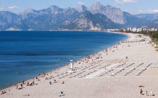 H παραλία της Αττάλειας σχεδόν άδεια από τουρίστες (Φωτ. REUTERS) .