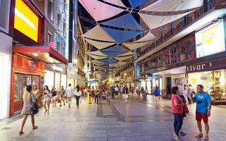 Πεζόδρομος με αμέτρητα μαγαζιά και κόσμο κοντά στην πλατεία Πουέρτα ντελ Σολ, μία από τις σημαντικότερες της Ισπανίας.