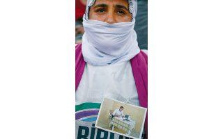 Υποστηρίκτρια του φιλοκουρδικού κόμματος HDP σε πρόσφατη  διαδήλωση στην Κωνσταντινούπολη. (Φωτ. A.P.)