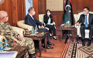 Στιγμιότυπο από την πρόσφατη συνάντηση του Λίβυου πρωθυπουργού Φαγέζ Σαράζ με τον Τούρκο υπουργό Αμυνας Χουλουσί Ακάρ, στην Τρίπολη. (Φωτ. REUTERS)