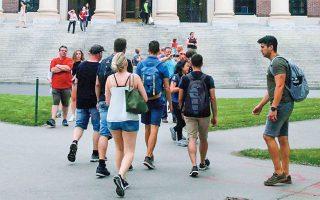 Προβληματισμό προκαλεί η απόφαση της αμερικανικής υπηρεσίας μετανάστευσης και τελωνείων (ICE) να απαγορεύσει την είσοδο στις ΗΠΑ σε φοιτητές που έχουν εγγραφεί σε πανεπιστήμιο που θα παραδίδει μαθήματα μόνο διαδικτυακά.