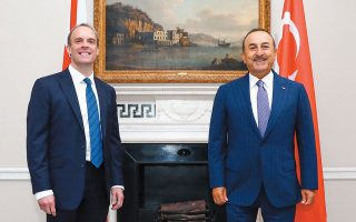 Ο Τούρκος υπουργός Εξωτερικών Μεβλούτ Τσαβούσογλου (δεξιά) με τον Βρετανό ομόλογό του Ντόμινικ Ράαμπ, στη χθεσινή συνάντησή τους, στο Λονδίνο. REUTERS
