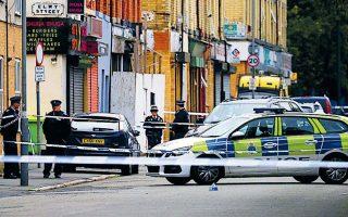 Aστυνομικοί στέκονται στο σημείο εγκληματικής ενέργειας στο Λίβερπουλ. (Φωτ. ααα)