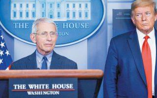 Ο Αμερικανός πρόεδρος Ντόναλντ Τραμπ βλέπει με... μισό μάτι τον «Τσιόδρα» των ΗΠΑ, δρ Αντονι Φάουτσι, και δεν το κρύβει. (Φωτ. REUTERS / LEAH MILLIS)