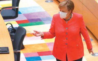 Η Αγκελα Μέρκελ στην αίθουσα της συνεδρίασης. Ολοι οι ηγέτες προσήλθαν με μάσκες. (Φωτ. ASSOCIATED PRESS)