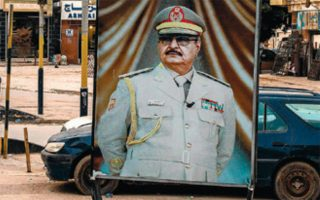 Ο στρατάρχης Χαφτάρ σε φωτεινό πίνακα στη Βεγγάζη της Λιβύης.