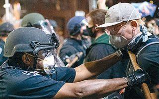 Το ειρηνικό ξεκίνημα της διαδήλωσης στο Σιάτλ. Στη συνέχεια, πέτρες, μπουκάλια και πυροτεχνήματα θα τραυμάτιζαν ελαφρά 21 αστυνομικούς. (Φωτ. A.P.)