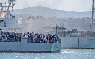 Πρόσφυγες και μετανάστες μεταφέρονται στη Σικελία από τη Λαμπεντούζα. Φέτος η ροή στις ιταλικές ακτές είναι μικρότερη από το ένα δέκατο σε σύγκριση με το 2016 ή το 2017. (Φωτ. A.P.)
