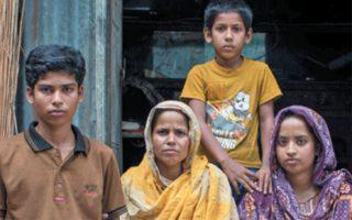 Οικογένεια στο Μπανγκλαντές, που προ πανδημίας ζούσε από τα χρήματα του μετανάστη πατέρα. (Φωτ. NYT)