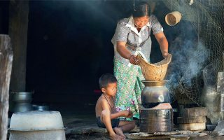 Σύμφωνα με τις τελευταίες εκτιμήσεις, η πανδημία του κορωνοϊού θα οδηγήσει 71 εκατ. ανθρώπους στην ακραία φτώχεια, που βάσει του ορισμού της Παγκόσμιας Τράπεζας είναι η διαβίωση με λιγότερο από 1,90 δολ. την ημέρα.