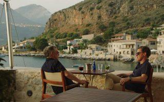 Ο Στιβ Κούγκαν και ο Ρομπ Μπράιντον, ως άλλοι πρωταγωνιστές της «Οδύσσειας», ακολουθούν την πορεία του θρυλικού ταξιδευτή, ξεκινώντας από τα παράλια της Τροίας με τελικό προορισμό την Ιθάκη. Στη διαδρομή θα κάνουν στάση σε μέρη-ορόσημα και θα γευτούν καλό φαγητό με ελληνική ταυτότητα.