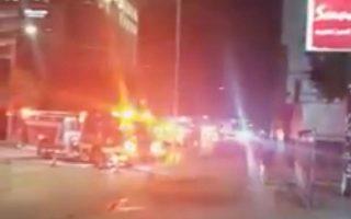 Πυροσβεστικά οχήματα διακρίνονται έξω από το κινεζικό προξενείο στο Χιούστον, όπου τοπικά ΜΜΕ ανέφεραν ότι υπήρχαν σκουπιδοτενεκέδες γεμάτοι με έγγραφα που καίγονταν/ Φωτ. REUTERS