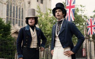 Η αφοσιωμένη ερμηνεία του Ντεβ Πάτελ (δεξιά) ως Ντέιβιντ Κόπερφιλντ είναι από τα βασικά συστατικά επιτυχίας του φιλμ.