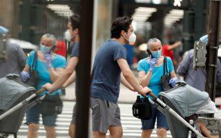 Pedestrians wearing masks walk down the sidewalk  in the Manhattan borough of New York City, U.S., July 1, 2020. REUTERS/Lucas Jackson