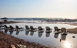 Στην έκταση των 24 ραψωδιών και των 12.000 στίχων της «Οδύσσειας», ο υγρός κόσμος που περιβάλλει τον χερσαίο απαντά και στα τρία γένη: η θάλασσα, ο πόντος, το πέλαγος. Φωτογραφία του Νίκου Κοκκαλιά.