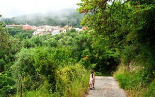 Στην πεζοπορίααπό τους Λιαπάδες μέχρι τονΆγιο Γεώργιο των Πάγων το μονοπάτιπερνάειαπότο χωριό Λάκωνες. (ΦΩΤΟΓΡΑΦΙΕΣ: ΤΖΟΥΛΙΑ ΚΛΗΜΗ)