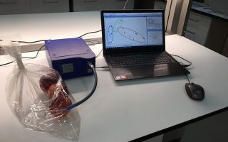 Η ομάδα του Μπενακείου Φυτοπαθολογικού Ινστιτούτου πειραματίζεται αυτή την περίοδο με το ροδάκινο. Η συσκευή διαθέτει δέκα διαφορετικούς αισθητήρες, προκειμένου να βρίσκει το πρόβλημα από την πρώτη στιγμή.